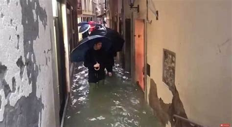 Venice is flooded right now and it looks miserable / Boing